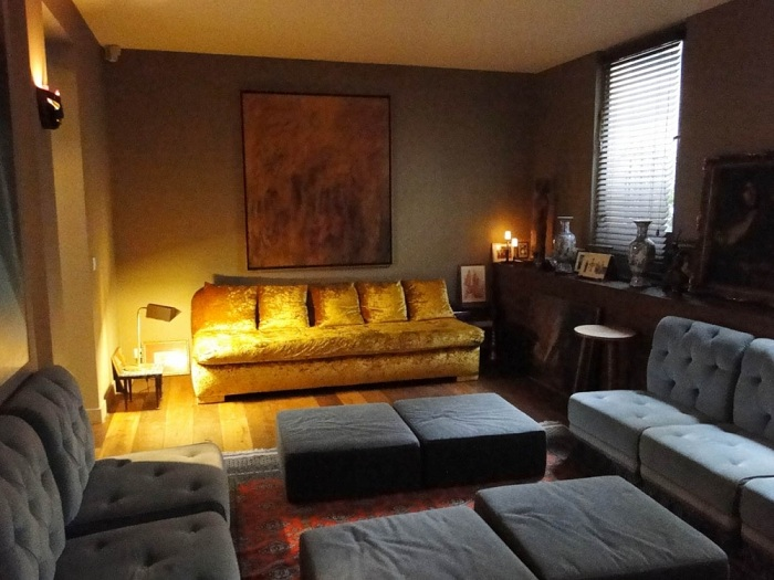 Крутой интерьер гостиной с красивым освещением, что позволит добавить ярких красок интерьеру.