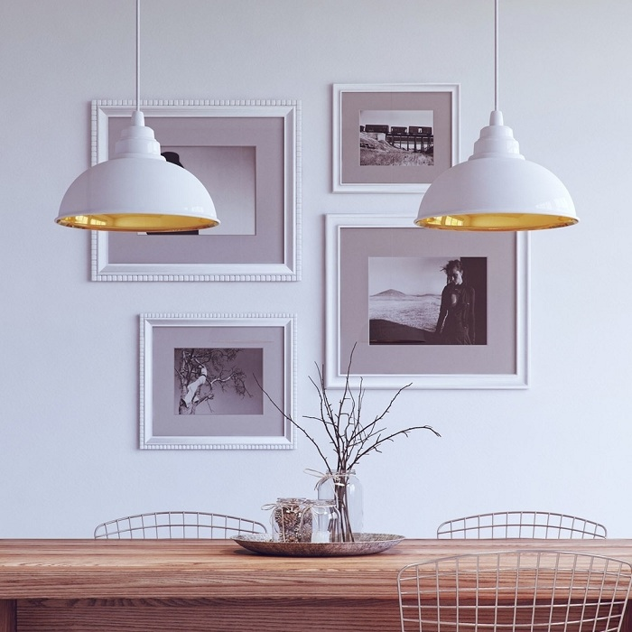 Обстановку интерьера в белом цвете легко разбавить золотыми акцентами, что точно понравятся.