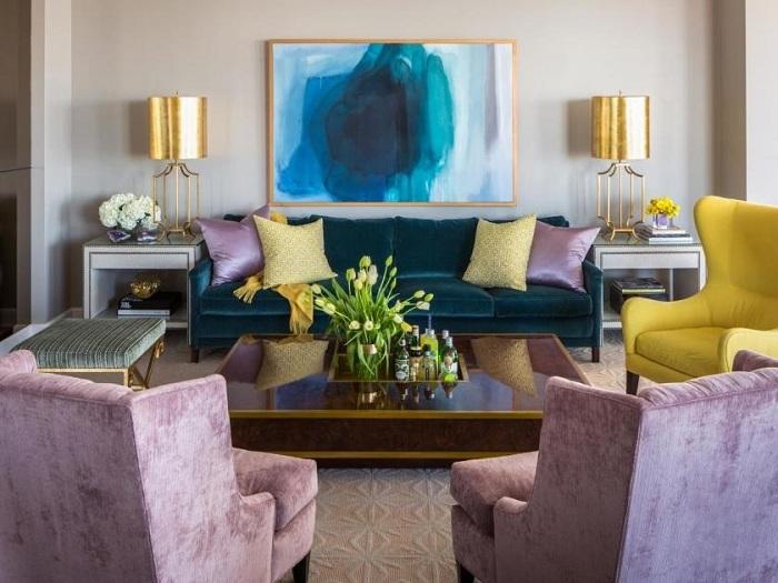 Обустроить интерьер гостевой комнаты легко и просто с помощью золотых торшеров.