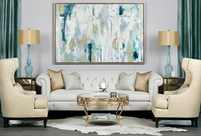 Крутой интерьер гостиной создан с помощью очень красивых золотых элементов декора.