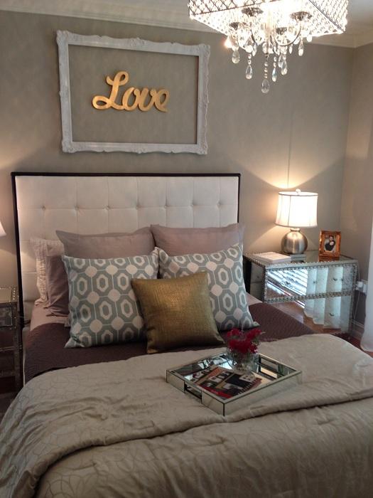 Быстро преобразить и украсить интерьер спальной возможно с помощью золотых элементов декора.