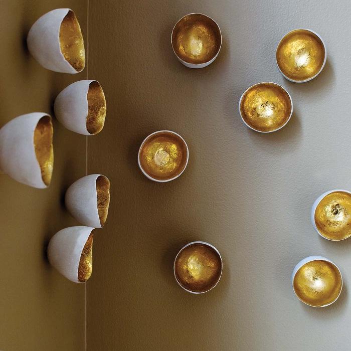 Симпатичне перетворення стіни за рахунок цікавого декору стіни золотими фрагментами.