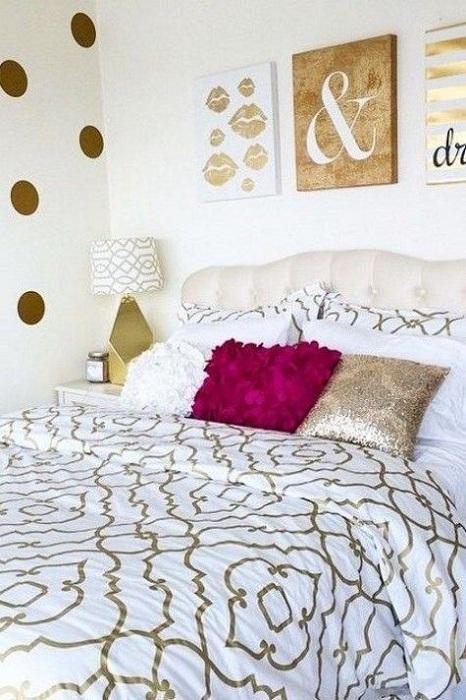 Удачный пример оформления комнаты с золотистыми фрагментами, что украсят интерьер.