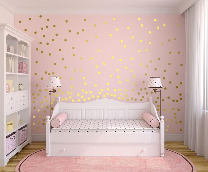 Кімната в ніжних тонах, що прикрашена за рахунок золотистих блискіток.