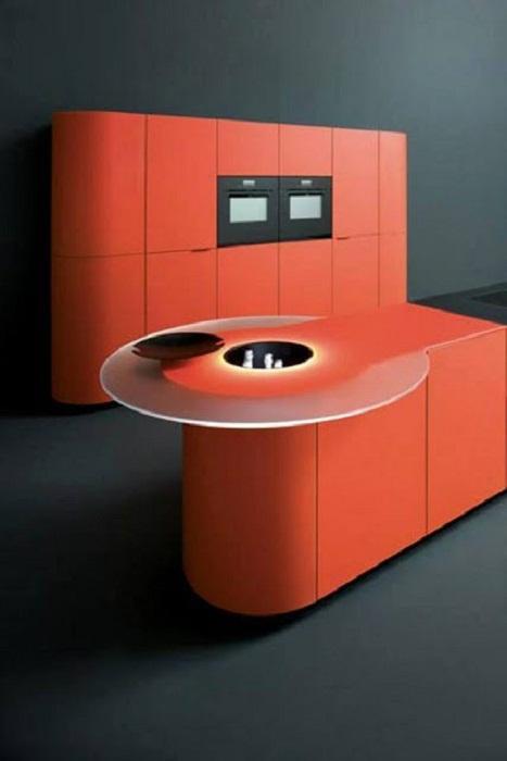 Очень красивое решение для кухни оформление её в ярко-красных тонах, что точно вдохновит и приятно удивит.