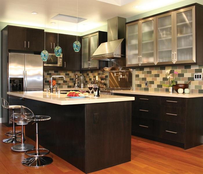 Цветной фартук на стене выгодно смотрится на фоне тёмных кухонных фасадов.