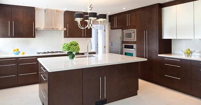 Оригинальное кухонное решение с рабочей поверхность в центре.