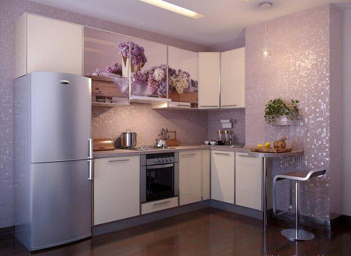 Кухня в светлых тонах с глянцевым блеском.