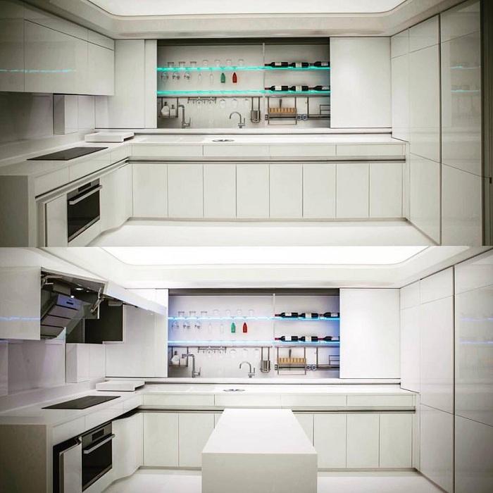 На белой кухне обязательно должны быть яркие пятна.