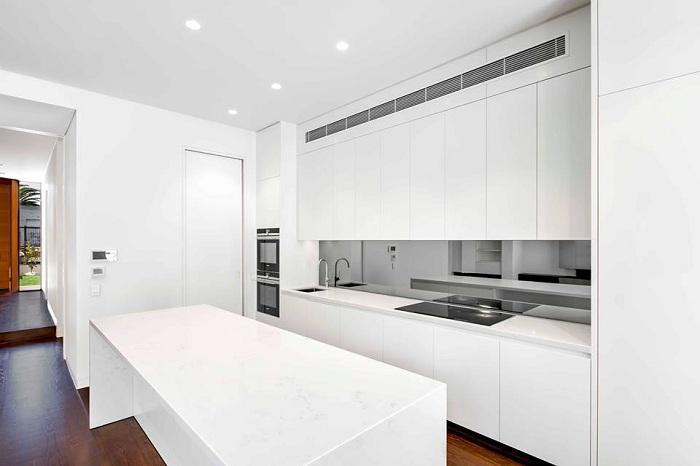 И только чёрная-чёрная панель на белой-белой кухне.