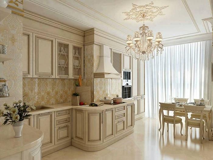 Классический светлый интерьер большой кухни.