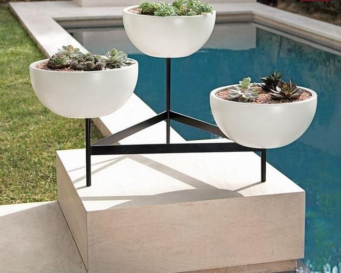 Отличный вариант оформления двора при помощи оригинальных кашпо.