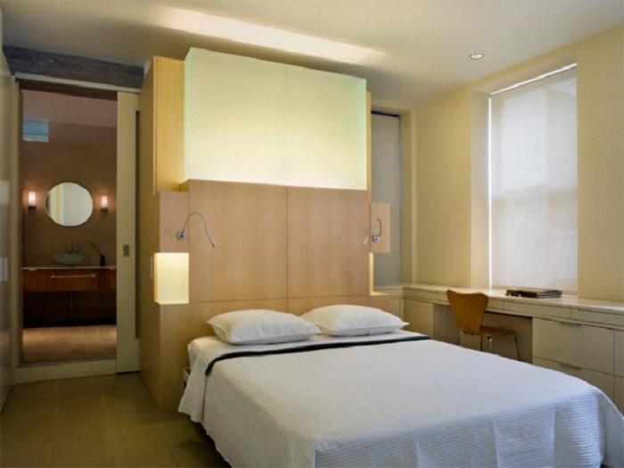Простое и практичное решение разместить над кроватью пару светильников, для того чтобы оптимизировать пространство для отдыха и добавить туда индивидуальных особенностей.