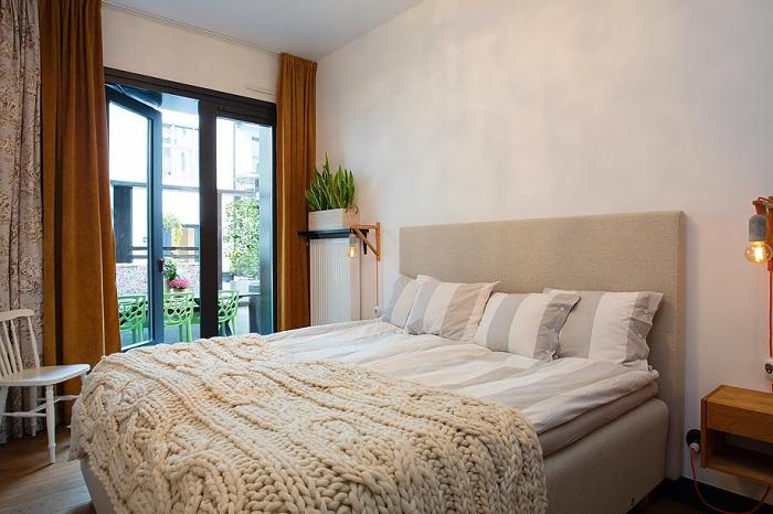 Красивые стильные торшеры просто и отлично вписались в интерьер этой спальни и радуют по-настоящему глаз.