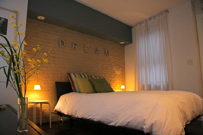 Отличный вариант оформления спальни со светильниками на стенах, которые добавляют загадочности комнате и очаровывают.