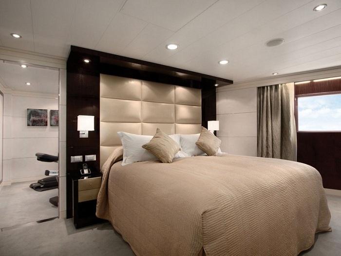 Симпатичная спальня украшена оригинальными настенными светильниками, которые просто и гармонично подчеркивают все её особенности и достоинства.
