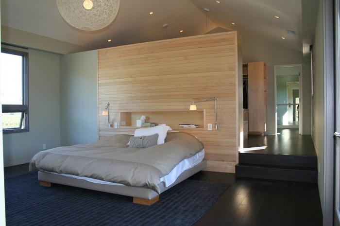 Изюминкой этой спальни является размещение светильников над кроватью для того чтобы можно было читать любую понравившуюся литературу и одновременно отдыхать.