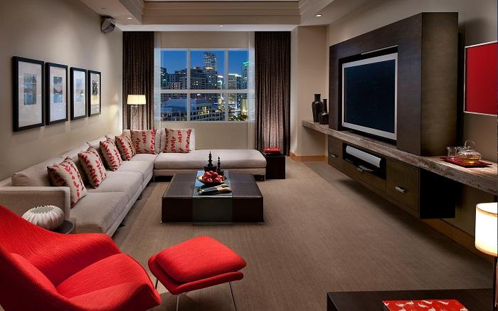 Интересное сочетание черного и красного, что создаст классическую и необыкновенную обстановку в гостиной.