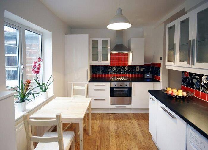 Вдохнуть в кухню новую жизнь возможно при помощи использования классических тонов.