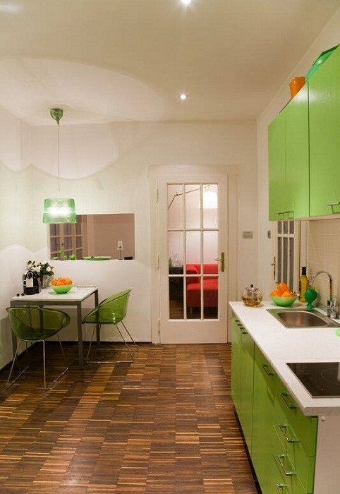 Удачный вариант создать яркий интерьер на кухне, что быстро преобразит комнату такого типа.