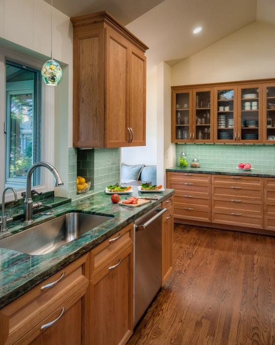 Интерьер кухни с оригинальной столешницей, что вдохновит и создаст легкую, домашнюю обстановку.