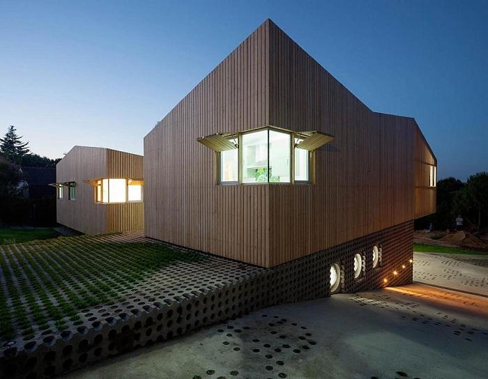 Визуально дом состоит из трёх блоков, спиралью и с небольшим подъёмом закрученных вокруг двора, находится в Испании.