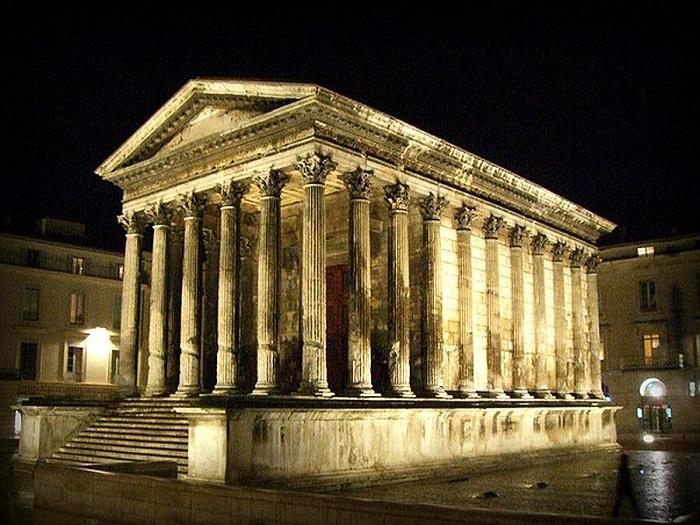 Мезон Карре - это старинное здание в Ниме, на юге Франции. Лучше всего сохранившийся фасад Римского храма который только можно найти в любом месте на территории бывшей Римской империи.