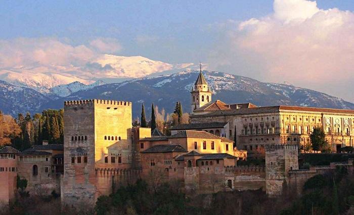 Дворец Альгамбра и комплекс, расположенный в Гранаде, Андалусия, Испания. Первоначально он был построен как небольшая крепость в 889 году.