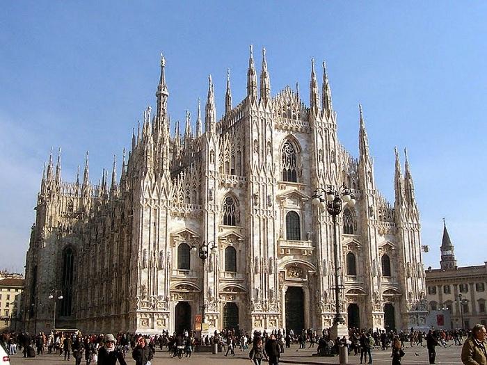 Миланский Собор - это кафедральный собор в Милане, Италия. Его строительство началось в 1386 году.