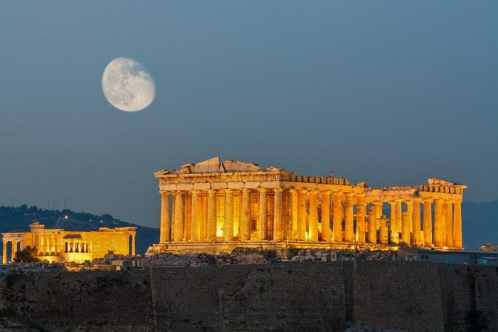 Афинский Акрополь - древняя Цитадель, расположенная на высоком скалистом утесе над городом Афины, Греция. Он был построен во времена Микенской цивилизации.