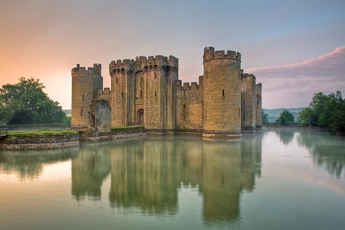 Замок Бодиам - это замок 14 века, расположенный в Восточном Суссексе, Англия. Он был построен в 1385 году.