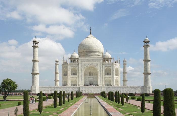 Тадж-Махал представляет собой белый мраморный мавзолей, расположенный в Индийском городе Агра. Он строился с 1632 по 1653.