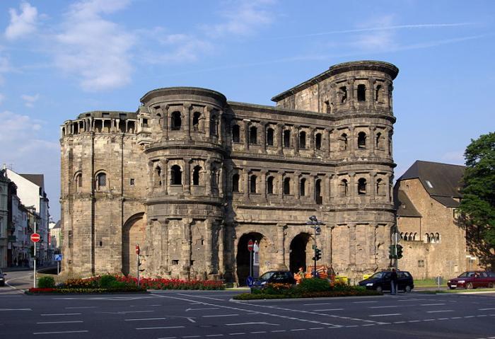 Самые большие и наиболее хорошо сохранившиеся античные ворота во всём мире, входят в список объектов Всемирного наследия ЮНЕСКО и являются символом города Трир (Германия). Они были построены в 186 и 200 годах нашей эры.