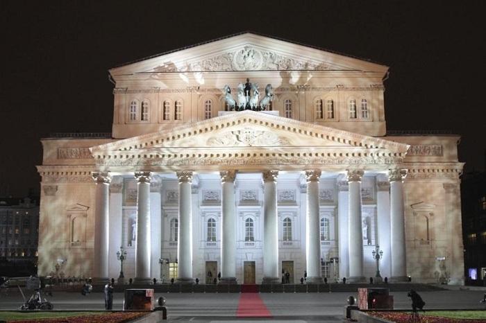 Большой театр - это исторический театр в Москве, который проводит спектакли оперы и балета. Он был открыт 6 января 1825 года.