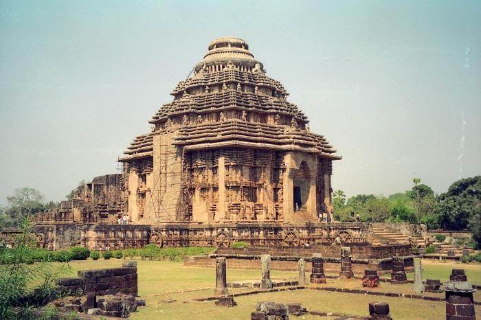 Храм Солнца является постройкой 13-го века. Находится он в Конараке, в Ориссе, Индия. Считается, что храм был построен королем из династии Восточная Ганга.