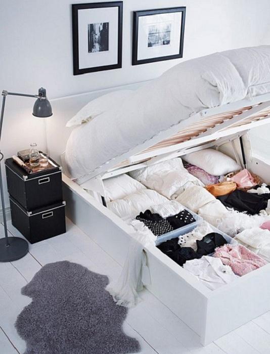 Отменный вариант оформить пространство в нише кровати при помощи создания там мини-шкафа горизонтального плана.