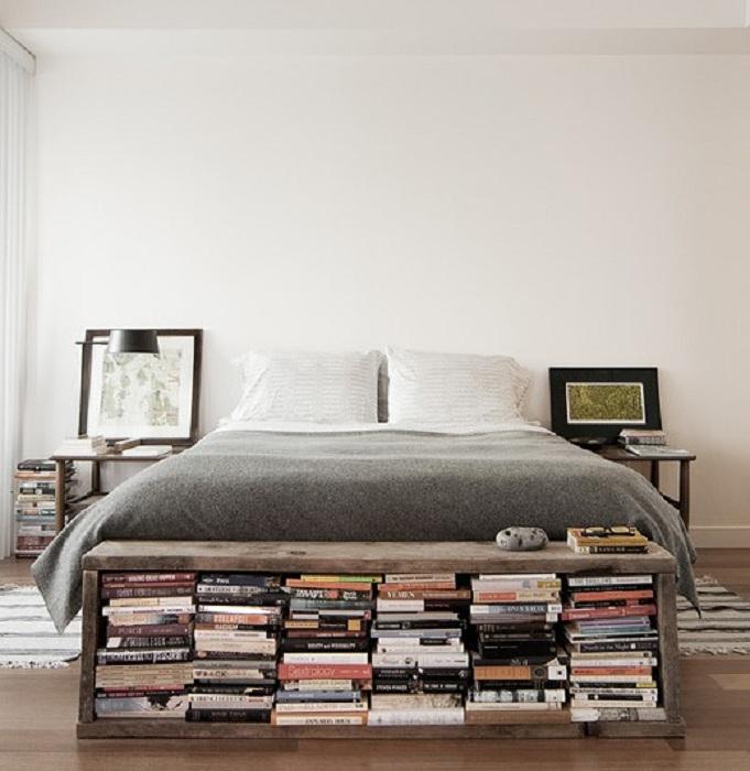 Удачное и интересное место для хранения книг около кровати, то что понравится и однозначно станет нужным и практичным.