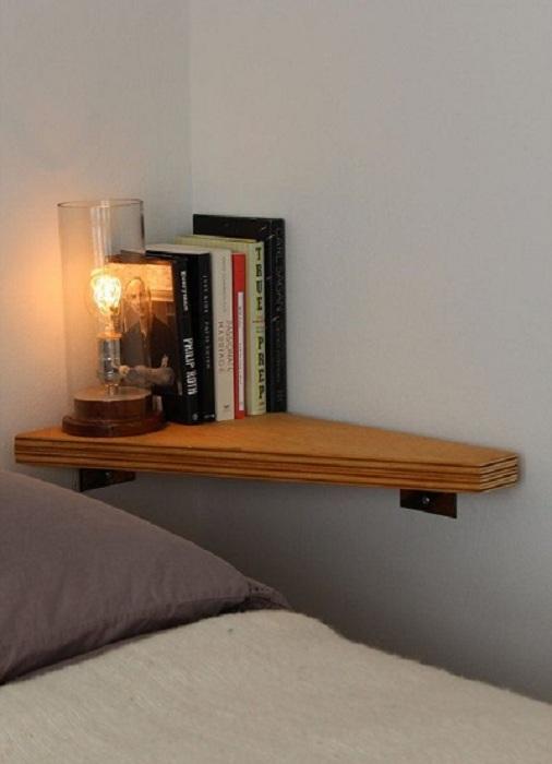 Отличная угловая прикроватная полочка, что точно понравится и преобразит интерьер.