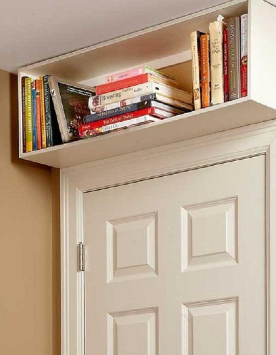 Полочка с книгами над дверью, которая точно украсит интерьер и станет удачным местом для хранения любимых книг.