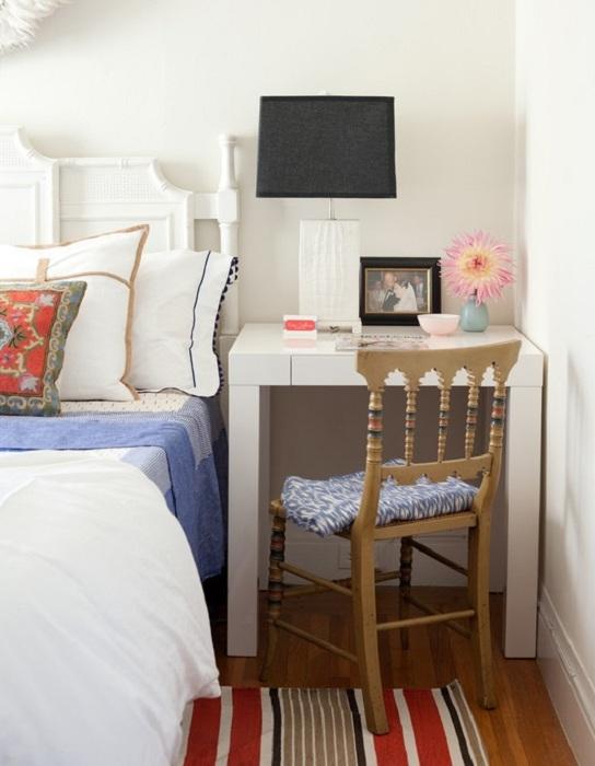 Оптимальный интерьер в спальной с очень удобной прикроватной зоной, что оптимизирует маленькое пространство.