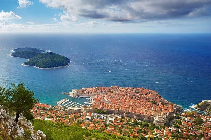 100-метровая стена вокруг этого прибрежного города и предлагает замечательный вид на Адриатическое море.