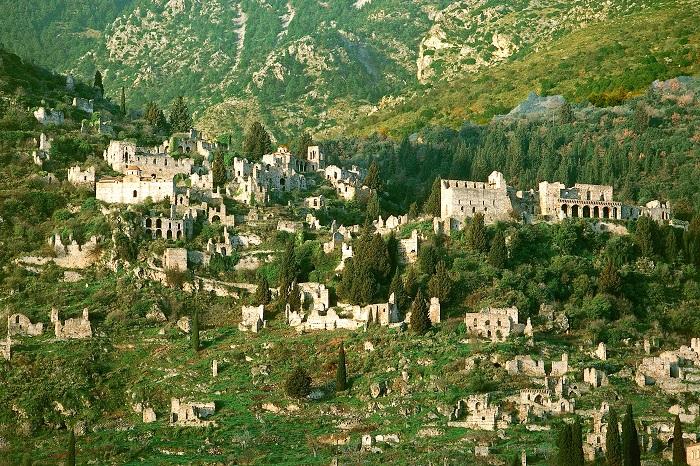 Руины заброшенного города-крепости на том месте, где был коронован последний византийский император, Константин XI Палеолог.