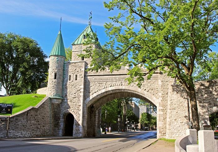 Стены окружают большинство из Квебека и были признаны Национальной исторической достопримечательностью Канады.