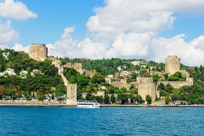 Стены Константинополя часто называют последней фортификационной системы античности.