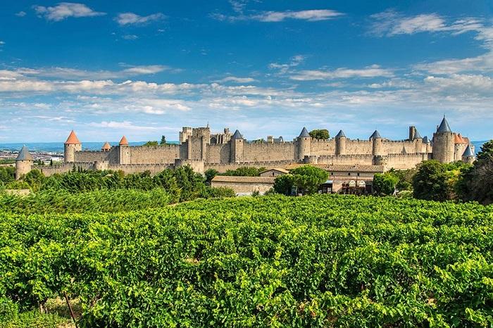 Город с коническими шпилями и двойным кольцом крепостных стен, который является самым замечательным.