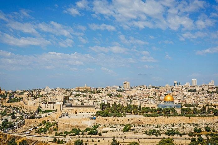 В окружении современного города, окруженного стеной Старого города Иерусалима включает в себя знаменитый храм Гроба Господня.