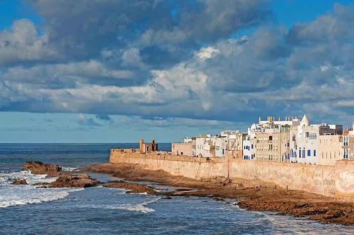Волны Атлантического океана мягко связаны с основанием выцветшими стенами этого портового города.