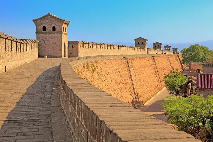 Стены изолируют провинции Шаньси крепостью, которой около 3000 лет, почти 40 метров в высоту.