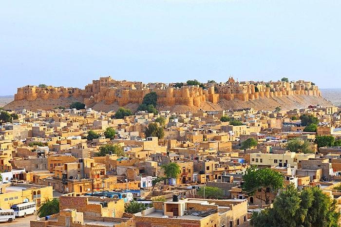 Изысканные особняки, построенные из камня медового оттенка песчаника блоки которых играют цветами на закате.