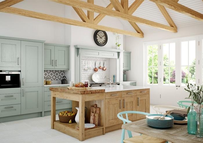 Деревянные тумбы великолепно сочетаются с тумбами мятного цвета, особенно на кухне.